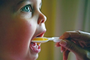 Kind-schluckt-Medizin